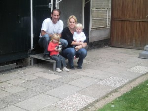 Bert, Erica en de kinderen voor de hokken
